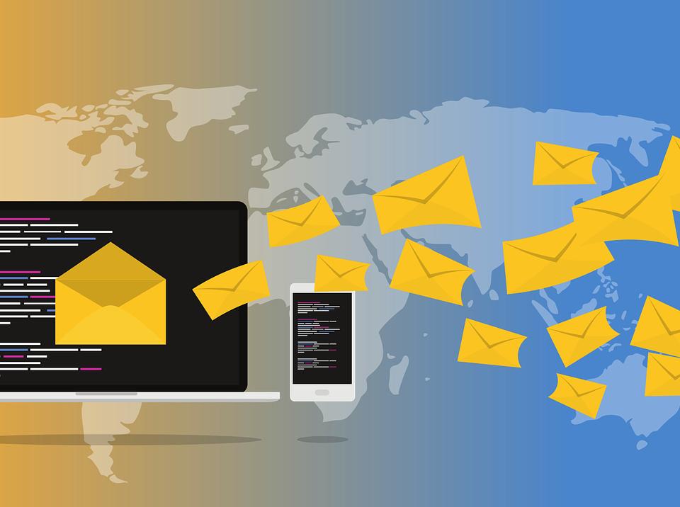 e-maile i listy na tle mapy swiata wyciek danych